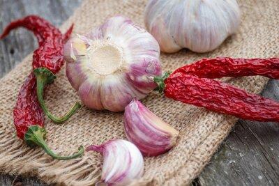 Obraz Organic czosnek całe i goździki i suchy chili na drewnianych tle