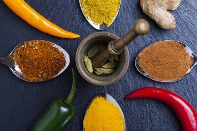 Obraz orientalne przyprawy indyjskie curry papryka gałka muszkatołowa na łupku