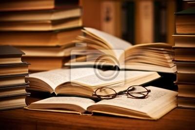 otworzyć książkę, leżącego na półce