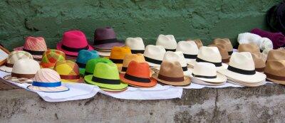 Obraz Panama kapelusze określone na sprzedaż na rynku otwartym powietrzu w Bogocie Kol