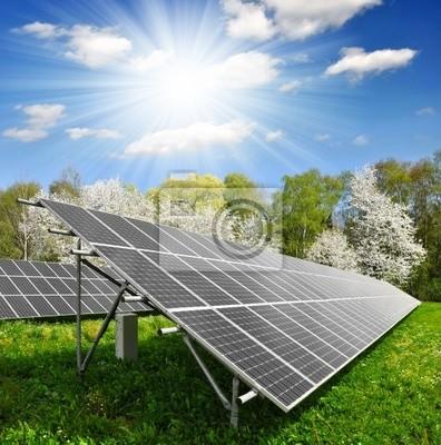 Panele słoneczne energii przeciw słoneczne niebo