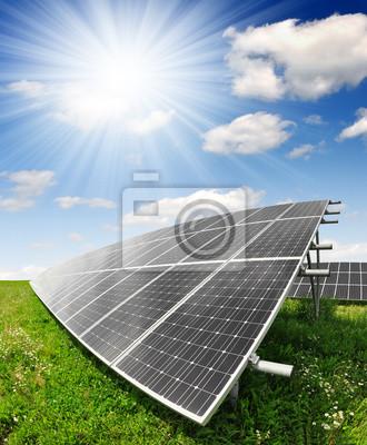 Panele słoneczne energii przeciw słoneczne niebo - strzał fisheye