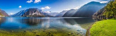Obraz Panorama krystalicznie czystym górskim jeziorem w Alpach