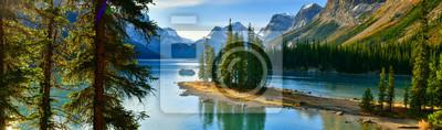 Obraz Panorama view Beautiful Spirit Island in Maligne Lake, Jasper National Park, Alberta, Canada