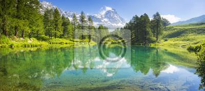 panorama z jeziorem i Matterhorn we Włoszech