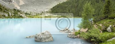 Panorama z kamienia w jeziorze mleka we Włoszech