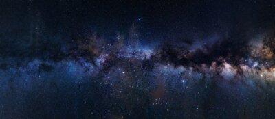 Obraz Panoramiczna astrofotografia widocznej galaktyki Drogi Mlecznej. Gwiazdy, mgławica i gwiezdny pył na nocnym niebie