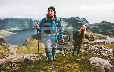 Obraz Para podróżnicy wycieczkuje w górach rodzinny podróżuje wpólnie przygoda stylu życia pojęcie być na wakacjach plenerowy