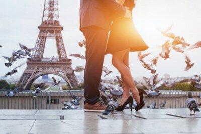 Obraz para w pobliżu wieży Eiffla w Paryżu, romantyczny pocałunek