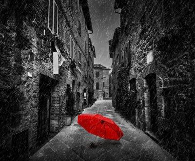 Obraz Parasol na ciemnej ulicy w starym włoskim miasteczku w Toskanii we Włoszech. Pada.