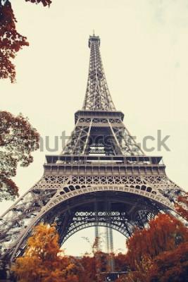 Obraz Paryż. Wspaniały szeroki kąt widzenia wieży Eiffla w sezonie jesiennym