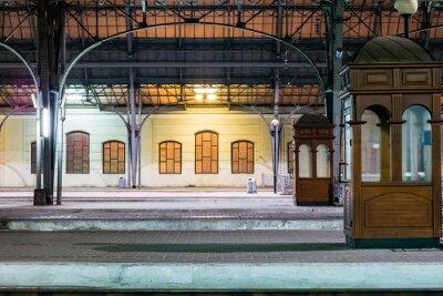 Obraz peronu pasażerskiego w nocy na stacji kolejowej. Dworzec kolejowy w nocy.