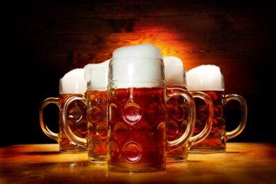 Obraz Pięć szklanki piwa na drewnianym stole