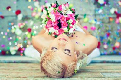 Obraz Piękna blondynka narzeczonej z bukietem kwiatów