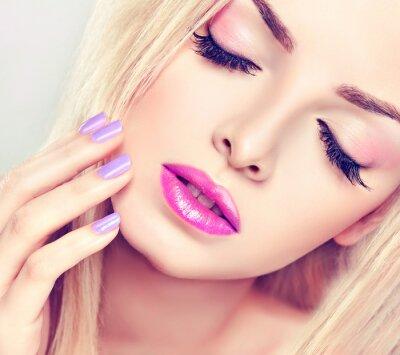 Obraz Piękna blondynka z bzu makijażu