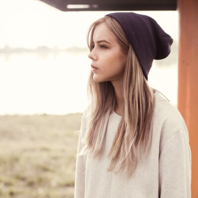 Obraz piękna dziewczyna hipster rano na plaży