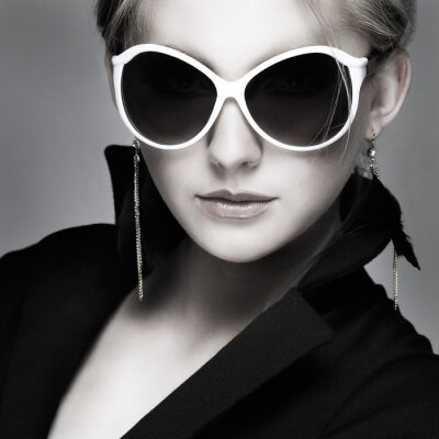 Obraz piękna dziewczyna jest w stylu mody na szarym tle, glamour