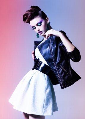 Obraz piękna kobieta ubrana elegancko punk stwarzające dramatyczny