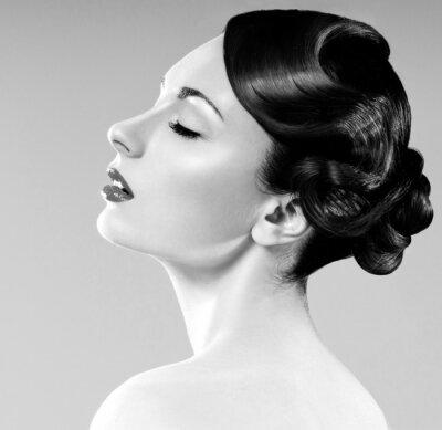Obraz piękna kobieta z profesjonalnym fryzury