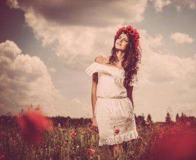 Obraz Piękna młoda brunetka dziewczyna w maku złożony