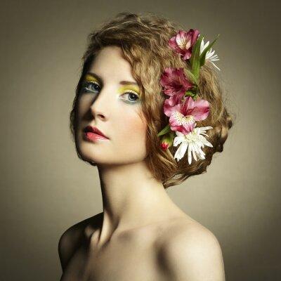 Obraz Piękna młoda kobieta z delikatnymi kwiatami we włosach