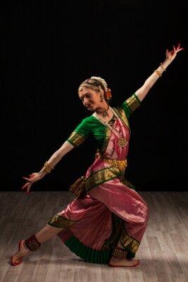 Obraz Piękna tancerka dziewczyna indyjskiego tańca klasycznego Bharatanatyam