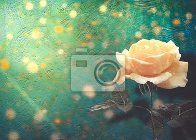 Piękna żółta róża z zielonymi liśćmi na tle