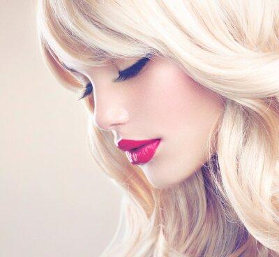 Obraz Piękne blond dziewczyna z Zdrowe Długie włosy falowane. Siwe włosy