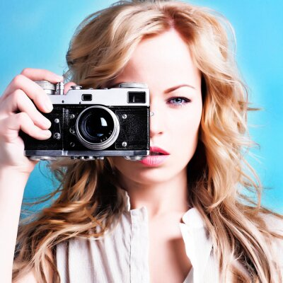 Obraz piękne blond kobieta fotograf posiadający aparat retro