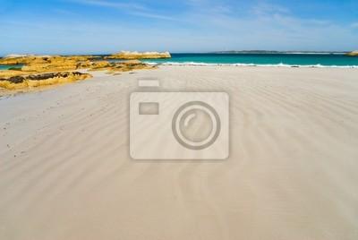 Piękne chudy beach prowadzi do skalistym przylądku