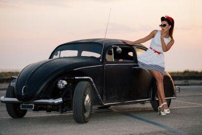 Obraz Piękne dziewczyny pin-up pozowanie z gorącym samochodzie drogowym