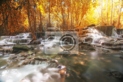 Piękne wodospad w lesie jesienią, głęboki las wodospad, Kan
