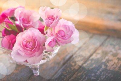 Obraz Piękny bukiet kwiatów róży na stary wyblakły drewna