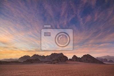 piękny różowy zachód słońca nad pustynią w Jordanii