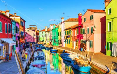 Obraz Piękny widok na kanały Burano z łodziami i pięknymi, kolorowymi budynkami. Wieś Burano słynie z kolorowych domów. Wenecja, Włochy.