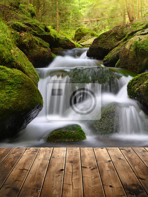 Piękny wodospad z drewnianych desek