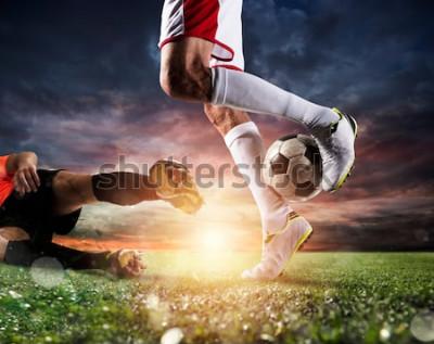 Obraz Piłkarze z piłką na stadionie podczas meczu