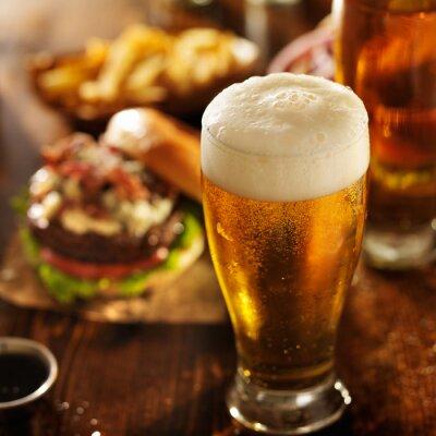 Obraz piwo z hamburgerami na tabeli restauracja