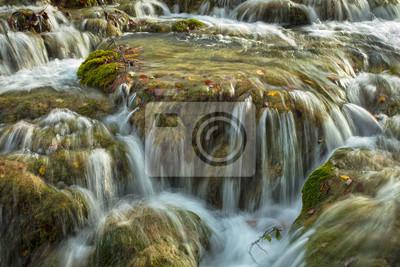 płynący po kamiennej kaskadzie w parku w Chorwacji