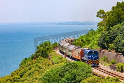 Obraz Pociąg na stacji kolejowej w pobliżu stacji Fangshan w pingtung, na tajwanie