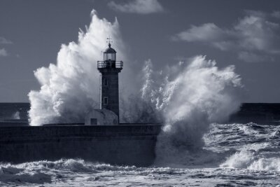 Obraz Podczerwień Stara latarnia pod silną burzę