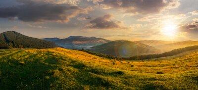 Obraz pole rolne w górach na zachodzie słońca