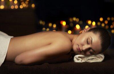 Obraz Półnaga kobieta odpoczywa po masażu