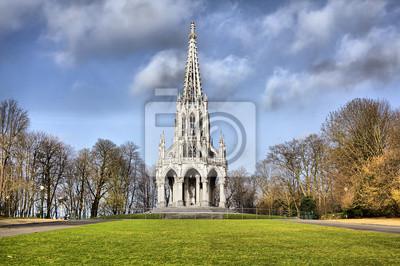 Pomnik Leopolda I w neogotyckim stylu w Laeken w parku