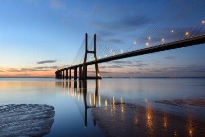 Obraz Ponte Vasco da Gama ao anoitecer com iluminação.