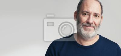 Obraz Portret brodaty dojrzały dorosły przypadkowy biznesmen patrzeje w kamerę