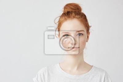 Obraz Portret piękna rudzielec dziewczyna ono uśmiecha się patrzejący kamerę.