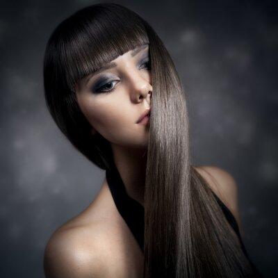 Obraz Portret pięknej kobiety brunetka z długimi prostymi włosami