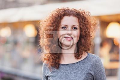 Obraz Portret pięknej młodej kobiety na zewnątrz pomieszczeń