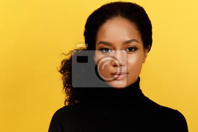 Obraz Portret poważna kobieta nad żółtym tłem